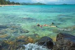 Mujer que bucea en Hawaii fotografía de archivo libre de regalías