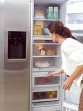 Mujer que busca algo comer Imagen de archivo