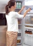 Mujer que busca algo comer Imágenes de archivo libres de regalías