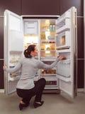 Mujer que busca algo comer Fotos de archivo libres de regalías