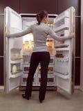 Mujer que busca algo comer Fotos de archivo