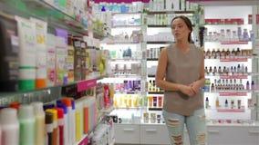 Mujer que busca champú apropiado metrajes