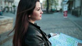 Mujer que busca el destino derecho en mapa traveling Cierre para arriba metrajes