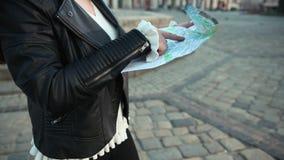 Mujer que busca el destino derecho en mapa traveling Cierre para arriba almacen de video