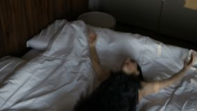 Mujer que cae en cama metrajes