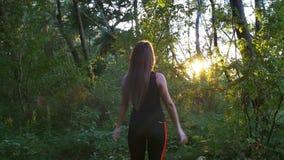 Mujer que calienta en naturaleza metrajes