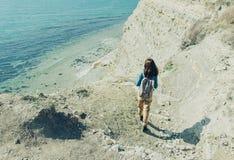 Mujer que camina abajo al mar Imagen de archivo