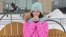 Mujer que camina abajo de la calle en invierno almacen de metraje de vídeo