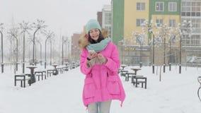 Mujer que camina abajo de la calle en invierno metrajes