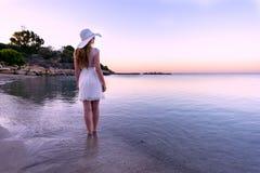 Mujer que camina abajo de la playa Foto de archivo