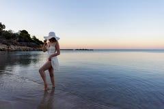 Mujer que camina abajo de la playa Fotos de archivo libres de regalías