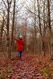 Mujer que camina abajo de la trayectoria sola, árboles conmovedores del arbolado Imagen de archivo