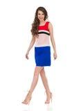 Mujer que camina alegre en Mini Dress And High Heels Imágenes de archivo libres de regalías