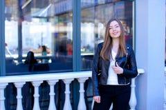 Mujer que camina cerca de la ventana del café de la calle Imágenes de archivo libres de regalías