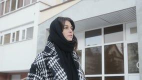 Mujer que camina cerca del edificio alto almacen de video