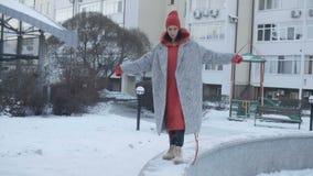 Mujer que camina cerca del edificio alto metrajes