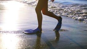 Mujer que camina con las aletas de natación almacen de video
