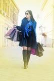 Mujer que camina con los bolsos después de buen hacer compras Fotos de archivo