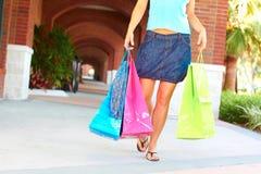 Mujer que camina con los panieres imagen de archivo libre de regalías