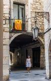 Mujer que camina debajo de una bandera de Estelada en Girona españa fotografía de archivo libre de regalías