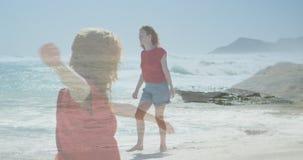 Mujer que camina descalzo en la orilla 4k metrajes