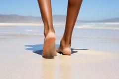 Mujer que camina descalzo en la playa Foto de archivo libre de regalías
