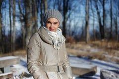 Mujer que camina en bosque en invierno Imagen de archivo libre de regalías