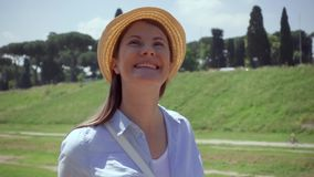 Mujer que camina en ciudad europea en la cámara lenta Viajero femenino que disfruta de vacaciones en Roma, Italia almacen de video