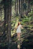 Mujer que camina en el bosque del misterio fotos de archivo