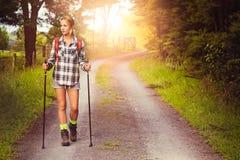 Mujer que camina en el camino Foto de archivo libre de regalías