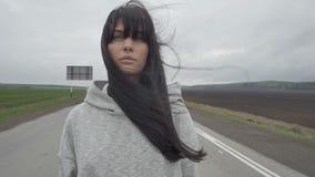 Mujer que camina en el camino rural vacío metrajes