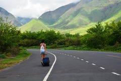 Mujer que camina en el camino y que explora el valle hermoso de Hawaii Fotos de archivo libres de regalías