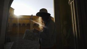 Mujer que camina en el castillo de Portugal almacen de video