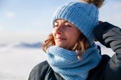 Mujer que camina en el mar congelado imagen de archivo