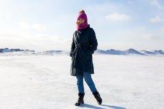 Mujer que camina en el mar congelado fotografía de archivo libre de regalías