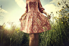 mujer que camina en el prado Imagenes de archivo