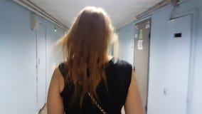 Mujer que camina en el vestíbulo vacío del hospital metrajes
