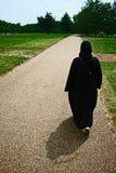 Mujer que camina en Hyde Park, Londres Foto de archivo libre de regalías