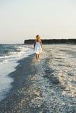 Mujer que camina en la arena de la playa Fotos de archivo libres de regalías