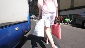 Mujer que camina en la calle de Francia con los panieres almacen de metraje de vídeo