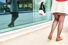 Mujer que camina en la ciudad que lleva a cabo un headse de 360 VR imagen de archivo libre de regalías
