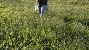 Mujer que camina en la hierba verde fresca Tiempo de relajaci?n almacen de video