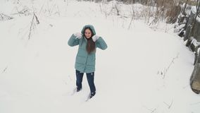Mujer que camina en la nieve almacen de video