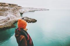 Mujer que camina en la opinión fría del mar solamente Imágenes de archivo libres de regalías