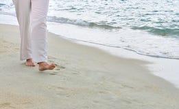 Mujer que camina en la playa Fotografía de archivo
