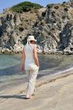 Mujer que camina en la playa Imagenes de archivo