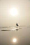 Mujer que camina en la playa Imagen de archivo