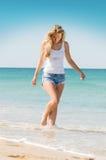 Mujer que camina en la playa Foto de archivo libre de regalías