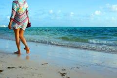 Mujer que camina en la playa Imagen de archivo libre de regalías