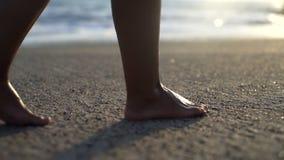 Mujer que camina en la playa arenosa